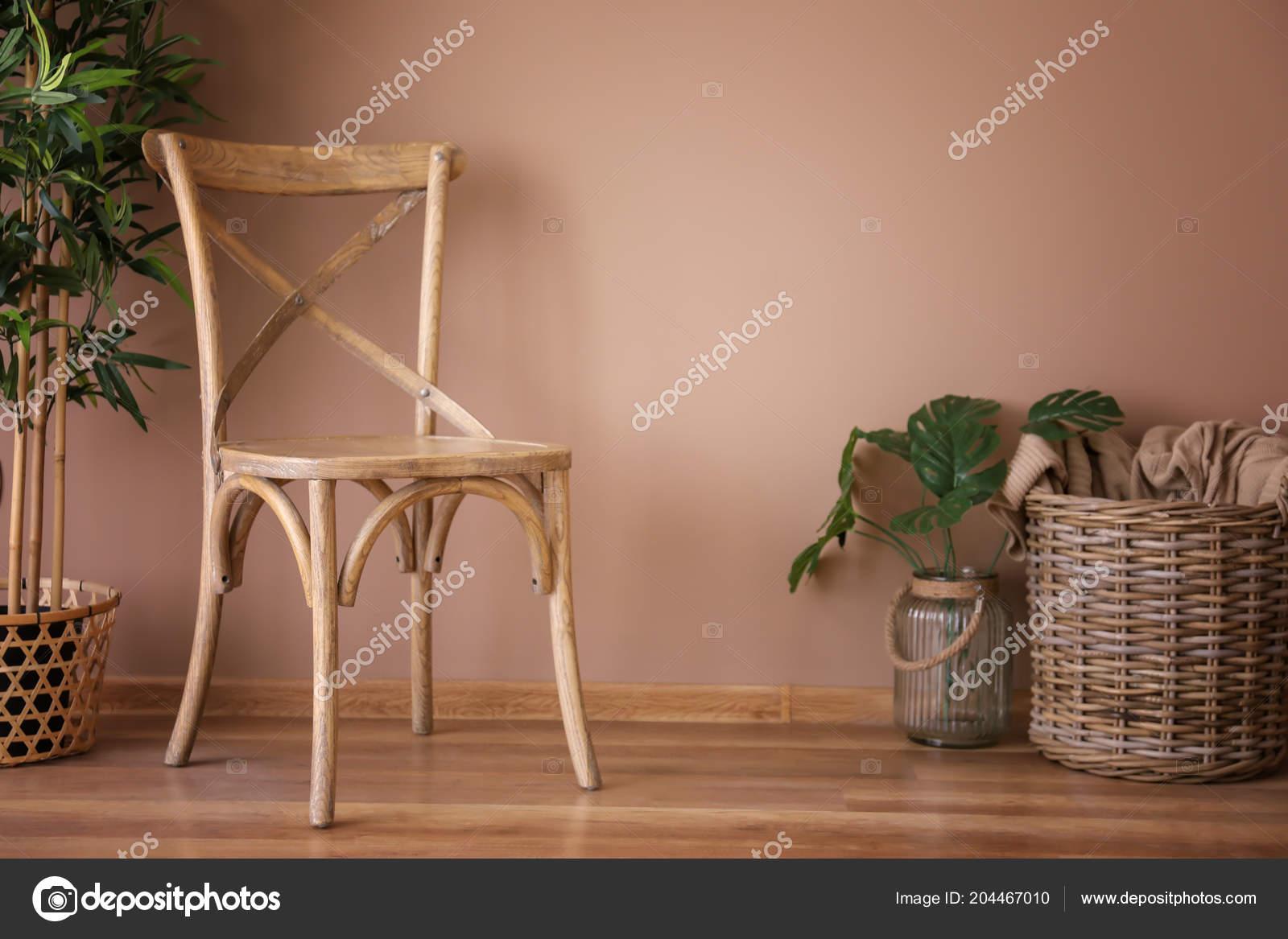 Chaise Bois Avec Panier Osier Plantes Pres Mur Couleur Photo