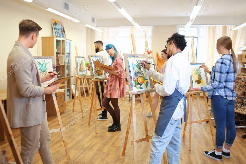 Studenten van kunst schilderij workshop u stockfoto serezniy
