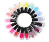 Rám vyrobený z lahví s barevné laky na nehty na bílém pozadí