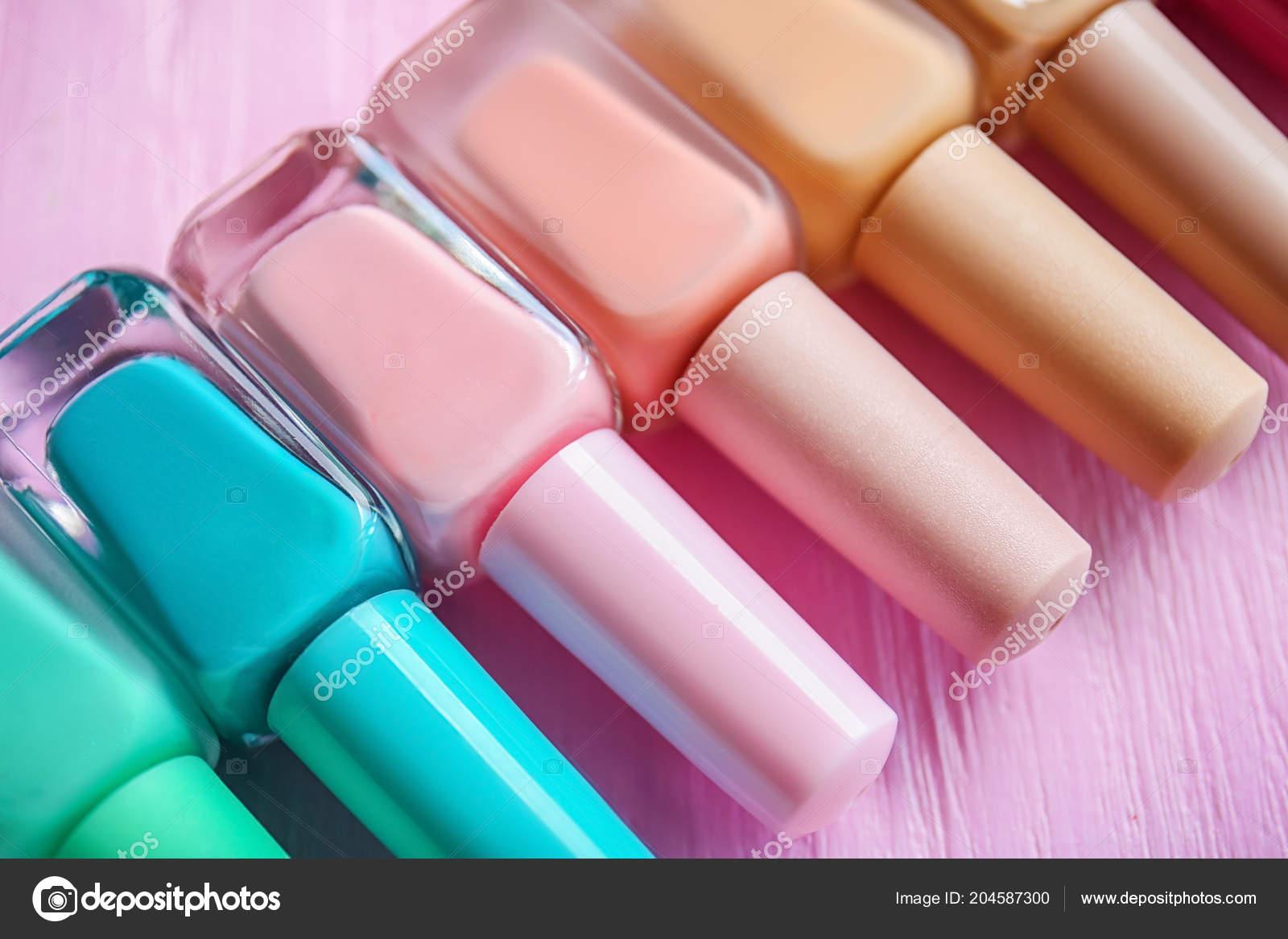 Botellas Colores Esmaltes Uñas Sobre Fondo Madera Foto De