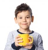 Milý chlapeček s šálkem horké kakao nápoj na bílém pozadí