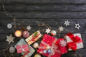 Složení s vánoční dárky na dřevěné pozadí