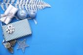 Krásné vánoční dárkové krabice a ozdoby na tabulce barev
