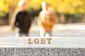 Dopisy Lgbt na parapetu a rozmazané homosexuální pár na pozadí