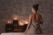 Krásná mladá žena relaxaci ve wellness salonu