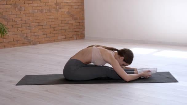 Sportovní mladá žena školení v tělocvičně