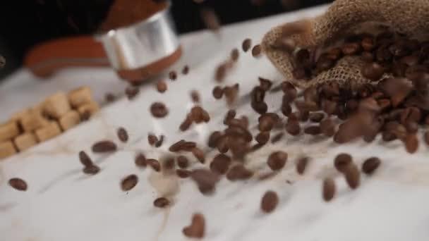 Padající kávová zrna na lehký stolek