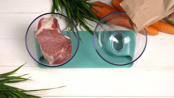Plnění misky s krmivem pro domácí mazlíčky na stole, pohled shora