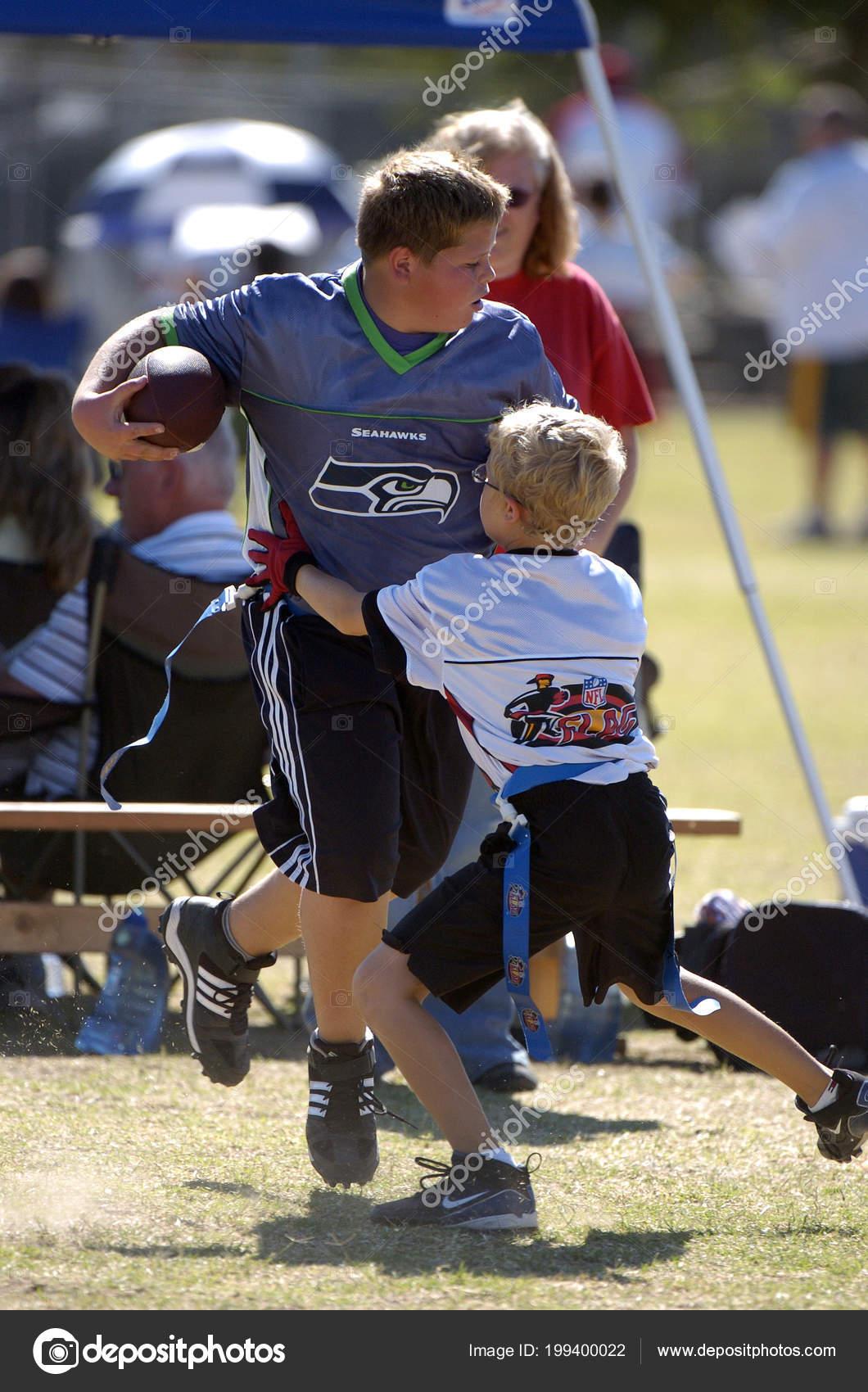 0eed48cf7e Bandeira de jogo de futebol ser jogado por crianças jogo ação e se  divertindo. Futebol é uma versão do futebol americano