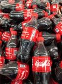 Koksu Cola lahvičky sedí na displeji v místním supermarketu. Coca-Cola nebo koks, je sycené nealkoholické nápoje vyrobené společností Coca-Cola