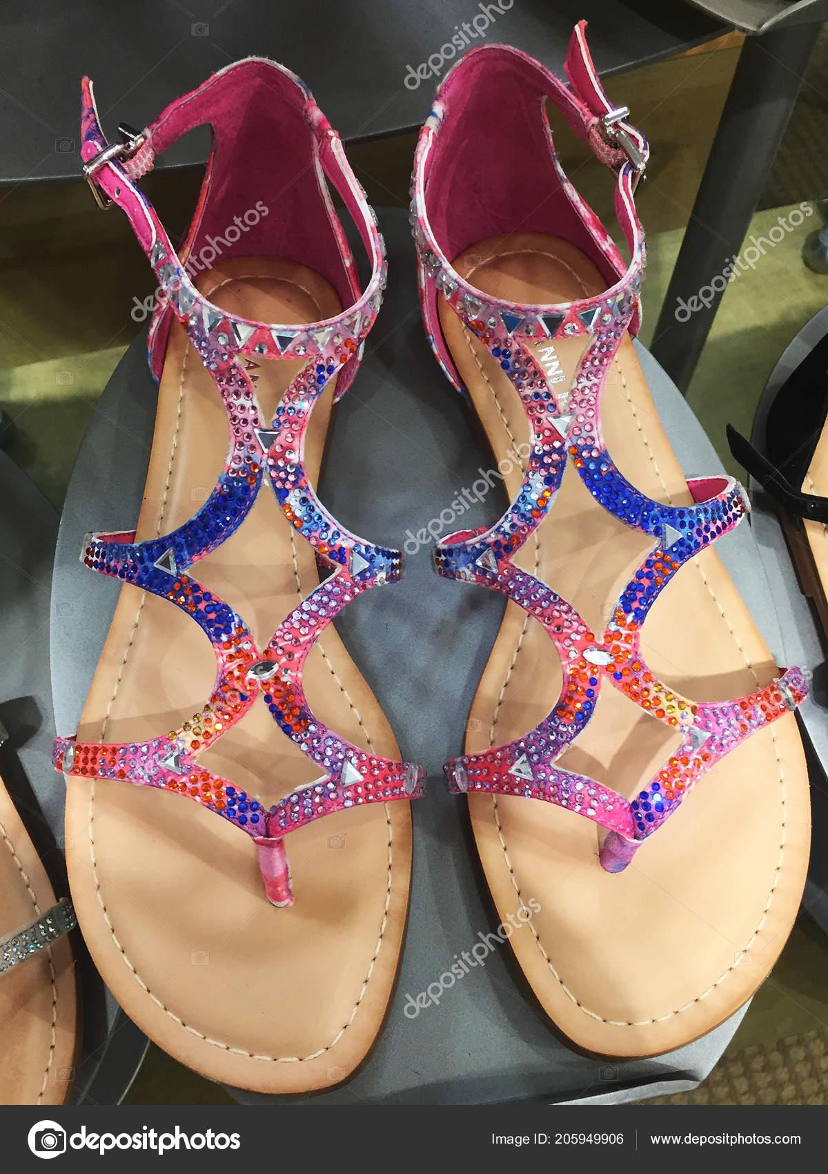 456b3b46cf067d Великий вибір жіночого взуття на полиці на продаж для жінок дивитися на в  за Ділларда універмагу в торговому центрі Чандлер в Арізоні Чандлер– Стокова  ...