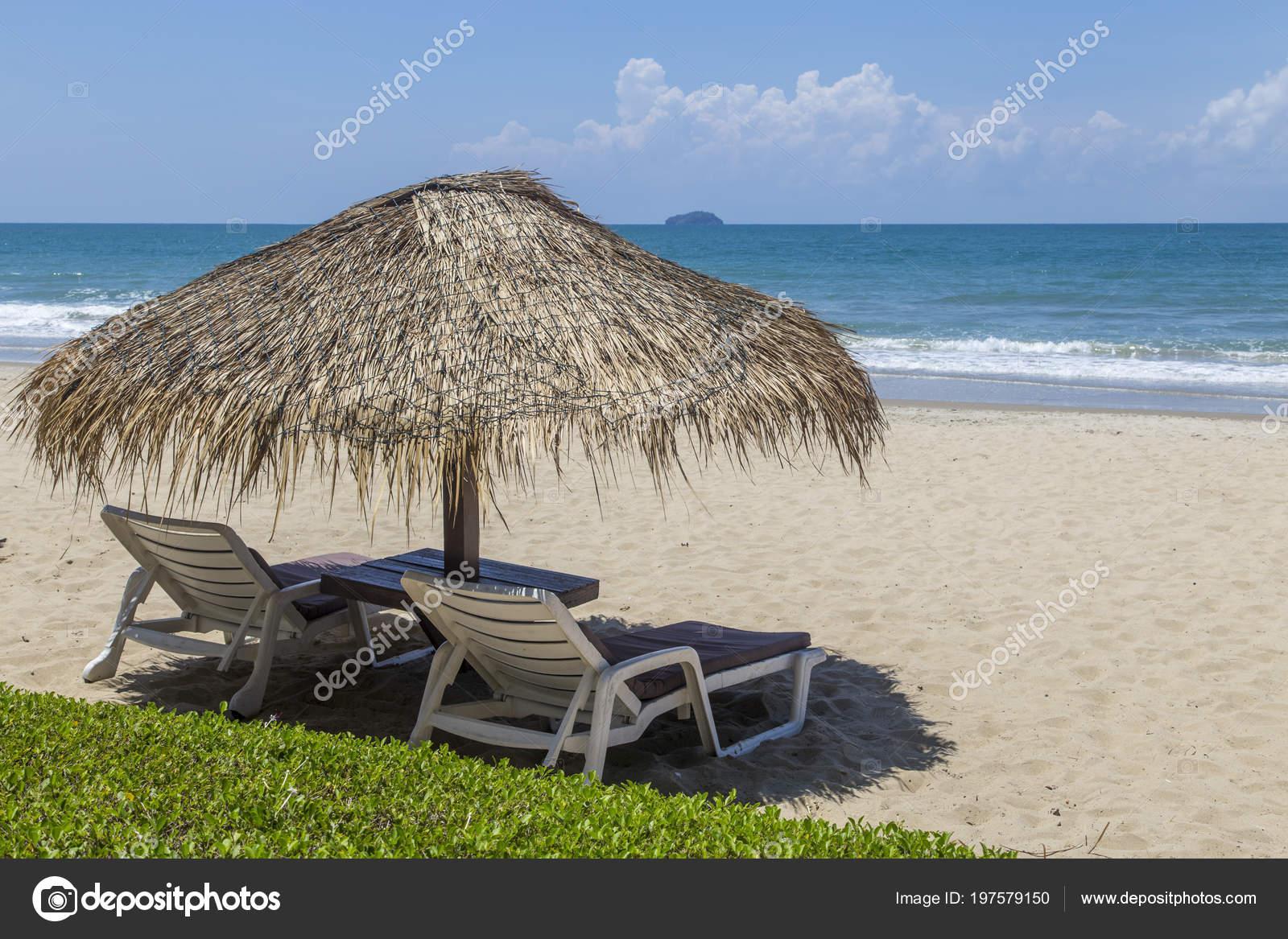 Sedie A Sdraio In Legno : Sedie sdraio con ombrellone legno sulla spiaggia u foto stock