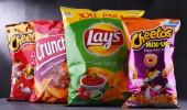 Poznaň, Polsko - 15 červen 2018: Pakety populárních značek snack potravin včetně stanoví, Crunchips a Cheetos