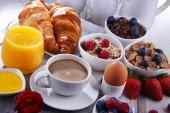 A reggeli kávé, gyümölcslé, croissant és gyümölcsök
