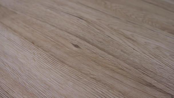 Diagonální styl čerstvě instalovaných podlahových desek s tmavými zrny a tmavě čirým přírodním dubovým dřevem.