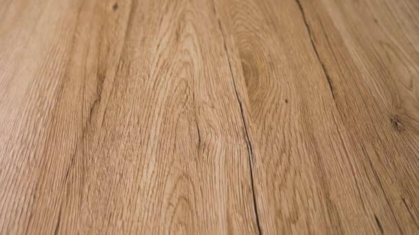 Pomalou část nádherně dokončené dřevěné podlahy s moderním stylem a nejlepšími přirozenými barvami z červených dubových desek z tvrdého dřeva. Podlaha má charakteristické hnědé vzory zrní a stáří dřeva