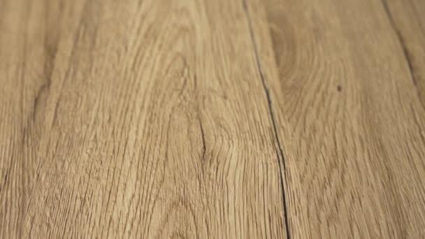 Prohlédněte si výhled na dokončenou hladkou dřevěnou podlahu moderním stylem a nejlepšími jasnějšími přírodními barvami dřevěných desek s tvrdým dřevem. Koncepce vylepšení domova a renovace v 4k pomalý pohyb.