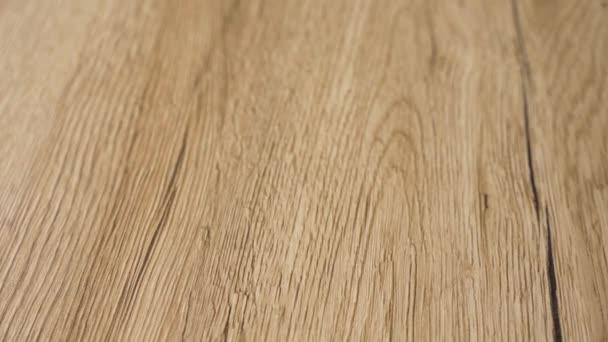 Krásná dokončená hladká dřevěná podlaha s moderním stylem a nejskvělejším přírodním barvami javorového tvrdého dřeva. Vylepšování domova a koncepce remodelování v 4k pomalý pohyb.