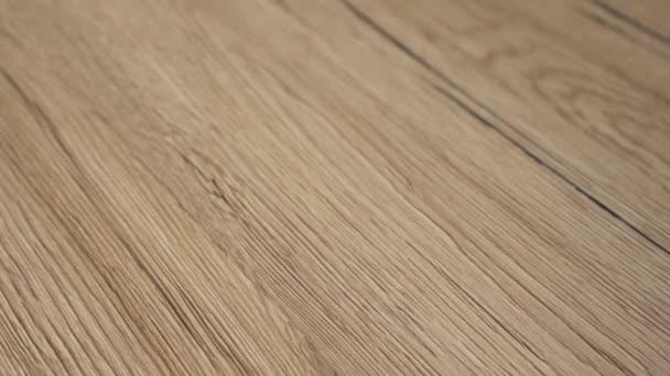A fapadló koncepció újonnan installált. Padló készült sötét szemek és barnás világos természetes színű juhar kemény fa. Videó készült 4k lassú Pásztás mozgás.