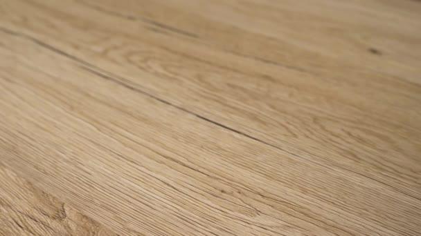 Nově nainstalovaná krásná dřevěná podlaha. Podlaha je vyrobena z přírodního dubového tvrdého dřeva, broušená a dokončená přírodními čistými podlahami. Vylepšení domova a koncepce remodelování v pomalém pohybu.