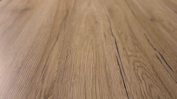 Podlaha tvrdá dřevěná z přírodního dřeva nově instalovaného interiéru domu.