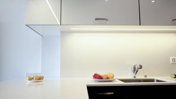 Zátop vyrobený z moderní křemenné desky. Kuchyňský pult se skládá z bílé barvy s chromovanými dřezem a kohoutkem. Kuchyňské skříňky jsou vyrobeny z moderních černých plochých panelů.
