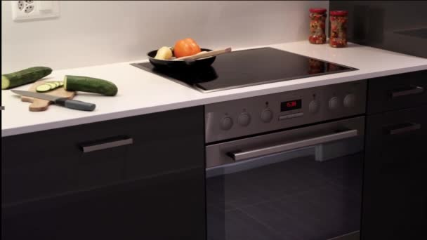 Konyha belső kialakítás a modern konyhai pult és a modern Konyhaszekrények. Countertop készült a természetes kő gránit vagy kvarc-és kabinet ajtók készülnek a természetes fából.