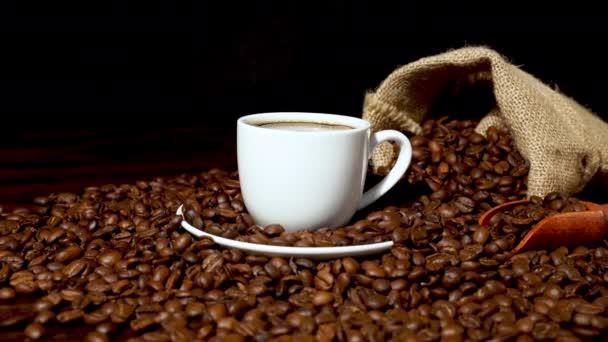Čerstvá káva uvnitř bílého šálku kávy a kávových zrn