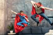 apa és fia, a szuperhős Beterítő kendők, maszkok, ugrás a kanapén, otthon