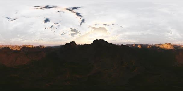 vr360 panoráma a hegyek. a lencse egy 360 fokos kamerával készült