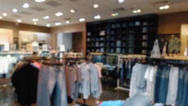 Rozmazané Panorama obchodu s oblečením ve velkém nákupním středisku