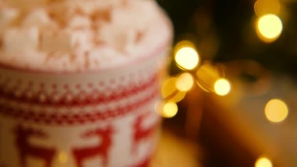 Blízkě vánoční džbánek kávy s marshmallowu se skozovou