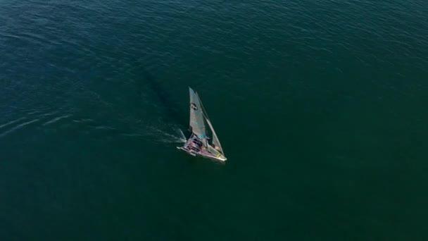 Letecký pohled přeletěl přes plachetnici během jachtařské regaty