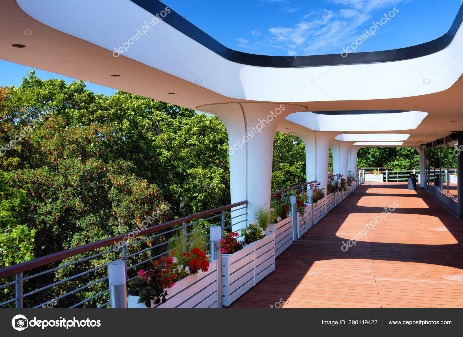 Terraza De Un Edificio Moderno En Un Día De Verano Foto