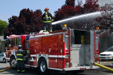 Su canon kullanarak itfaiyeci itfaiye arabası daire yangını söndürmek için