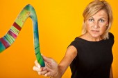 Photo Cute woman with boomerang portrait with yellow background