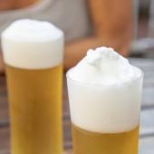 friss csapolt sör, pohárba részlete