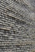 staré dřevěné střešní šindele jako harmonické pozadí