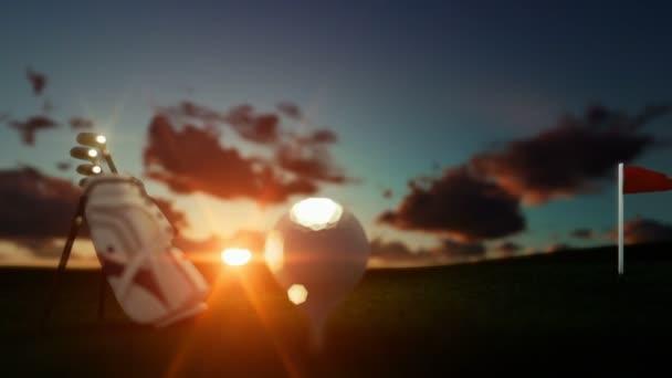 Golfschläger und Ball am Abschlag mit roten Fahne gegen schönen Timelapse Sonnenaufgang, Fokus-Shift, verkleinern Sie die Ansicht