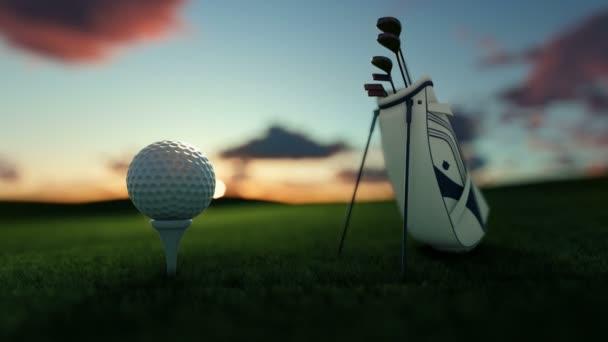Golfové hole a golfový míček na odpališti proti krásné timelapse sunrise-nakloněná rovina
