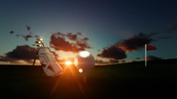 Golfové hole a míče na odpališti s červenou vlajkou proti krásné timelapse sunrise, posun zaměření