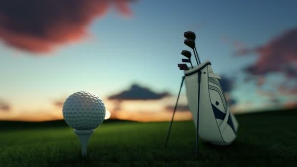 Golfové hole a golfový míček na odpališti proti krásné timelapse sunrise, oddálit