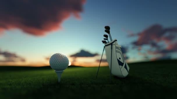 Golfschläger und Golfball auf Tee gegen schönen Timelapse Sonnenaufgang