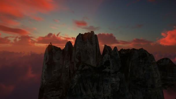 Természetjáró ellen gyönyörű naplemente, drone felhők felett egy hegy tetején Nézd 4 k