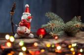Vánoční sněhulák, jedle, věnec a cetka na dřevěný stůl
