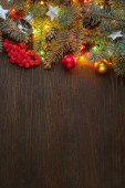 Vánoční dekorace s jedle, lehké věnec a vánoční koule na dřevěné pozadí s kopií prostor