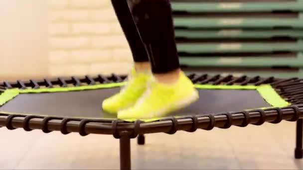 Closeup žena nohy nohy v teniskách na trampolíně skákat v tělocvičně zdravé silné sportu, štěstí fitness fit aktivity