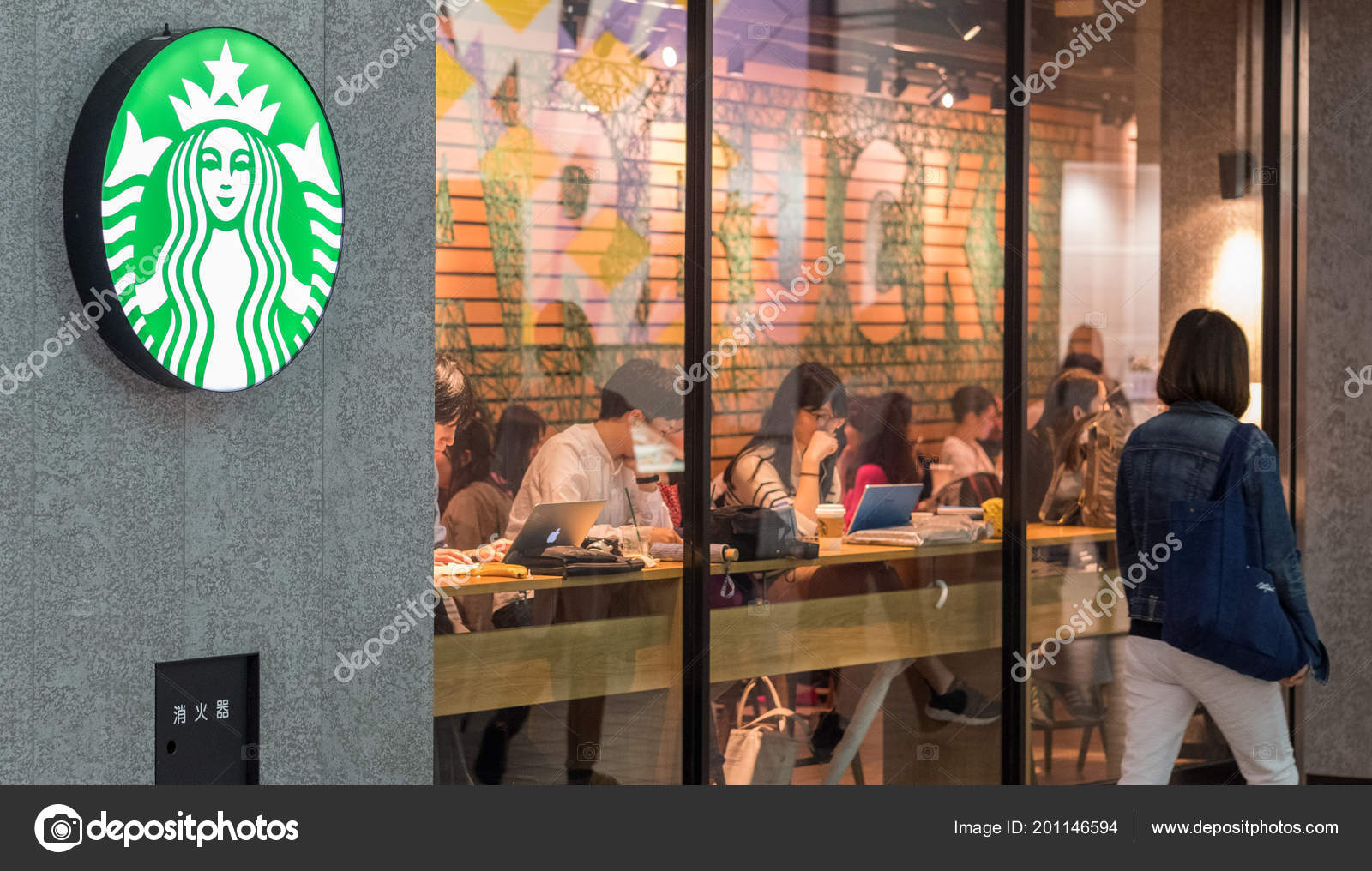 0d4882a5f8ac Tokyo Japan June 23Rd 2018 Customers Starbucks Coffee House Outlet — Stock  Photo