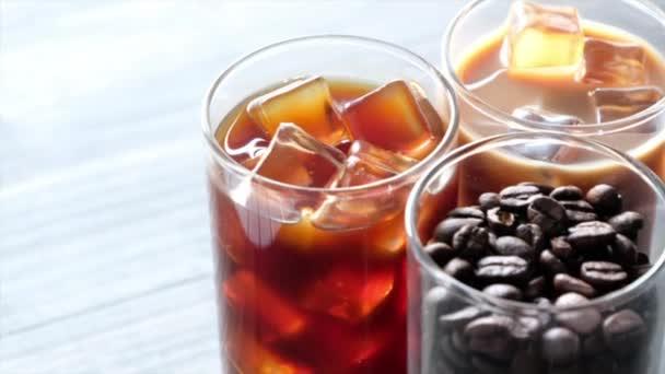 Fekete jeges kávét, hideg latte és bab táblázat felett
