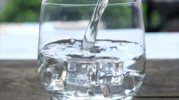 Üveg pohár jeges víz